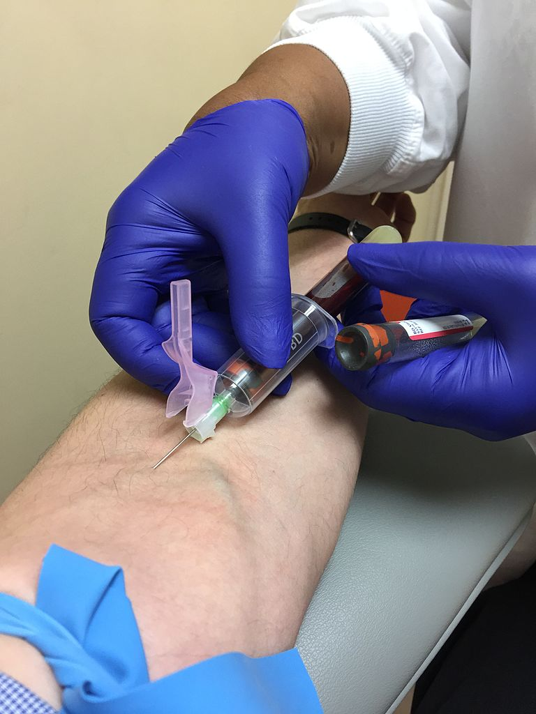 Venipuncture_using_a_BD_Vacutainer